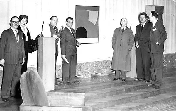 Henri Kerels, Marcelle Poliakoff, Erasme Touraou, Serge Poliakoff, Philippe Dotremont, Emile Gilioni et Pierre Janlet au vernissage de l'exposition des Palais des Beaux-Arts de Bruxelles en 1953