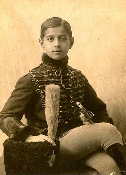 Serge Poliakoff, enfant, à un bal costumé chez les Galitzine à Saint-Petersbourg, en 1910