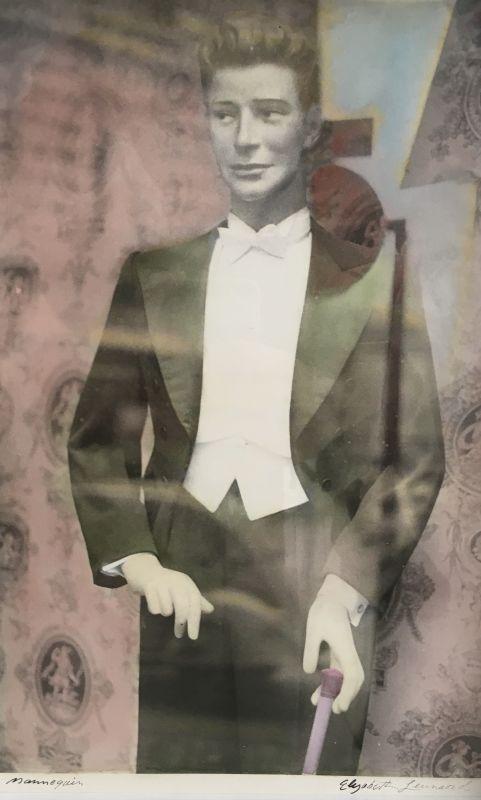 Mannequin (Tirage argentique rehaussé couleur) - Elizabeth LENNARD